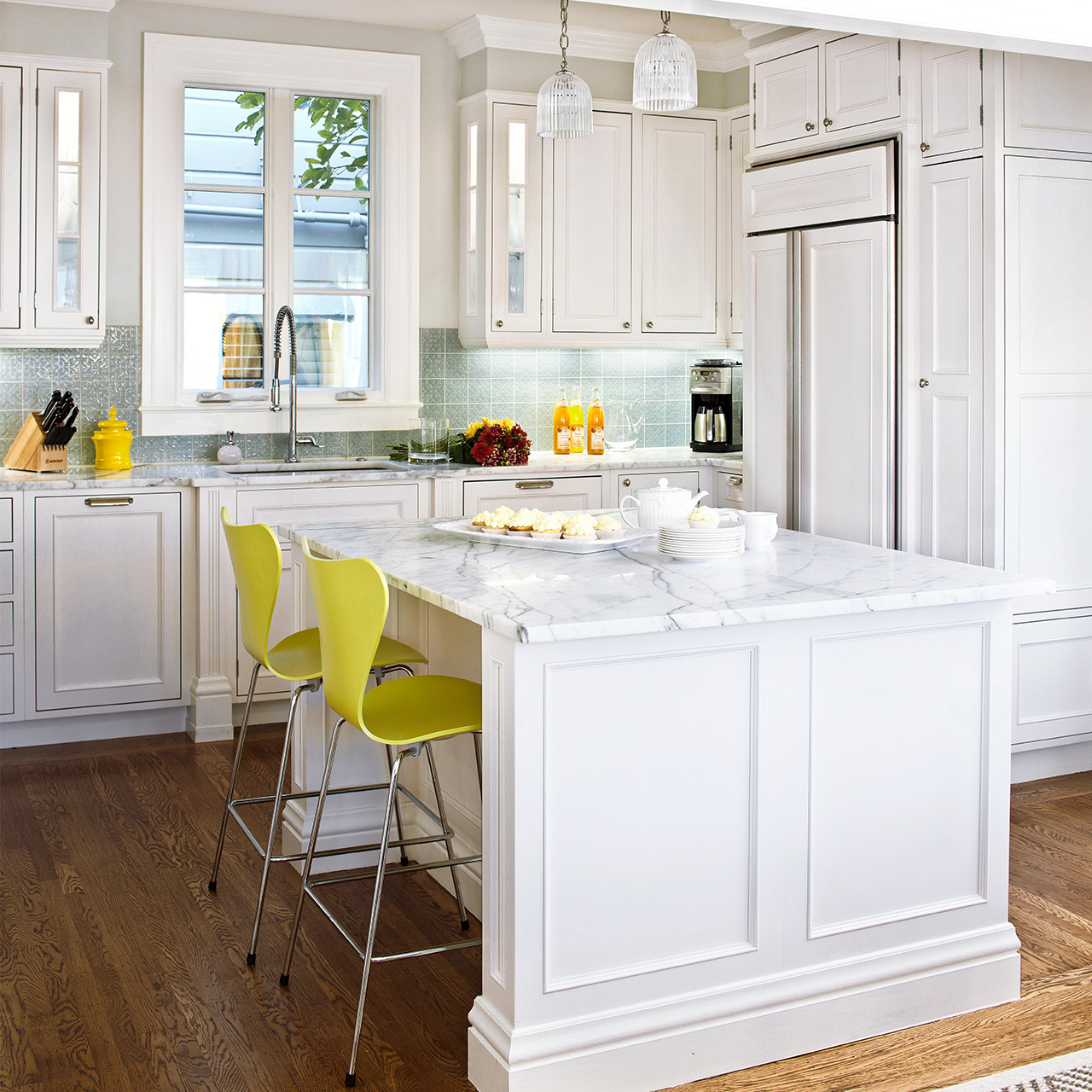 Petite Table De Cuisine Blanche: Make A Small Kitchen Look Larger