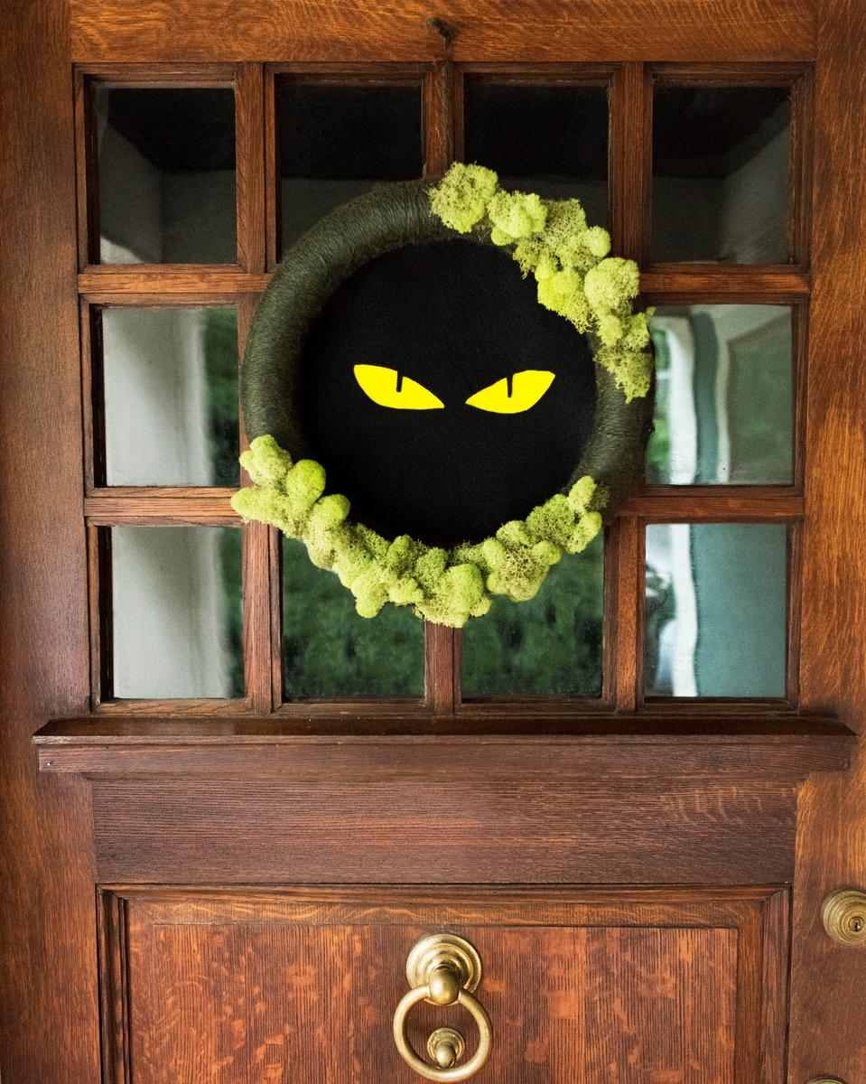 Halloween Craft Spooky-Eyes Wreath