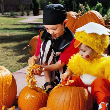 kids cleaning out pumpkin