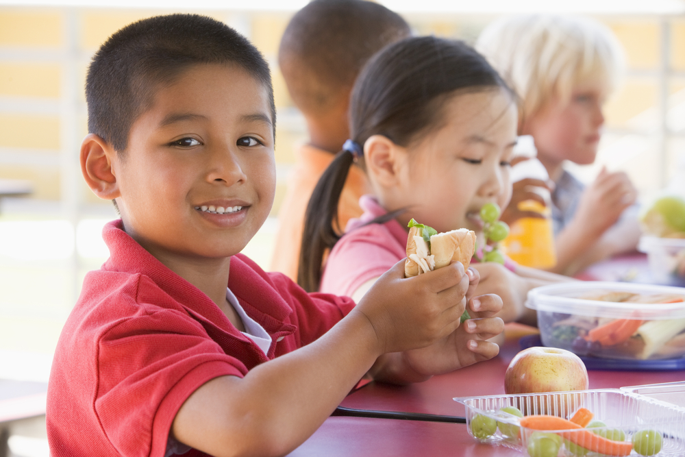 kids eating lunch in the summer