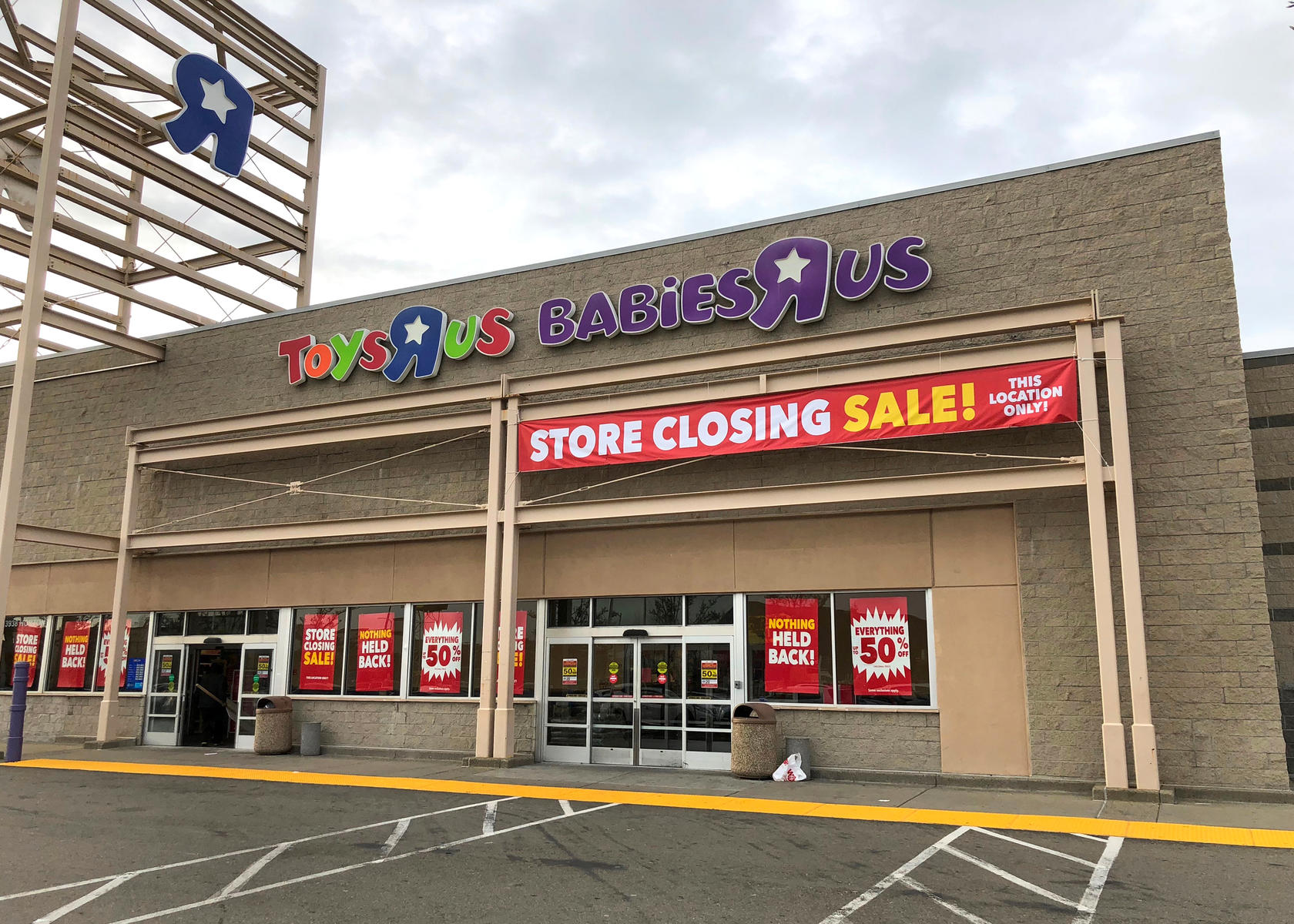 Toys 'R' Us Will Close All of Its Doors Forever Today After More Than 70 Years