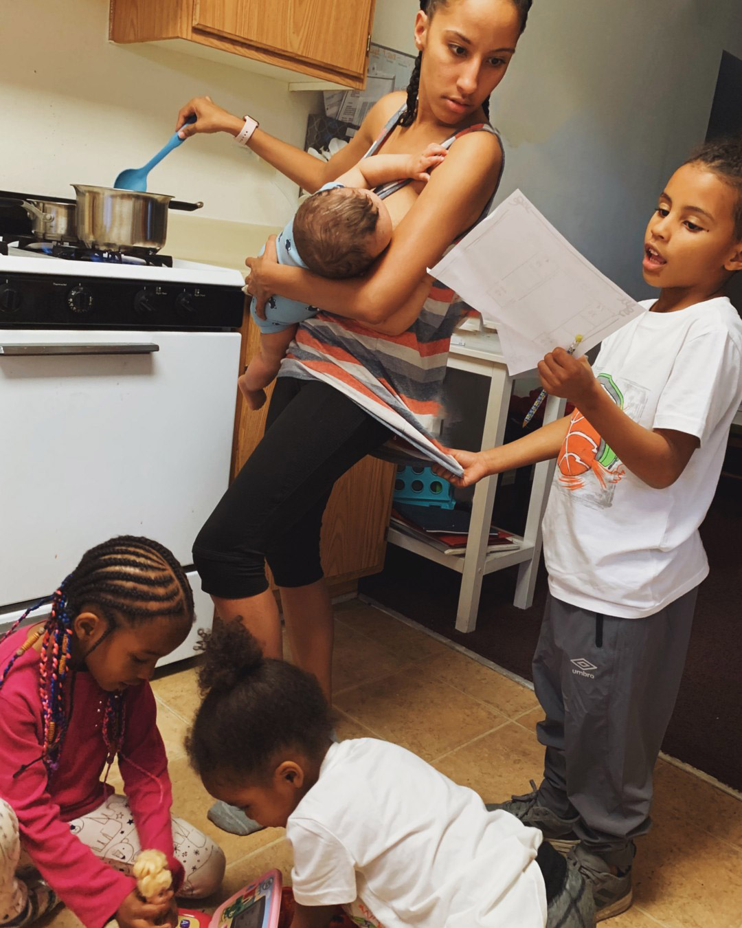 Mom of Four Shares Candid Multitasking Photo: 'There's Not Enough Realness on Social Media'