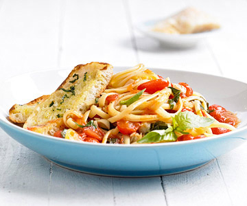 Linguine in Fresh Tomato Sauce With Garlic-Basil Toast