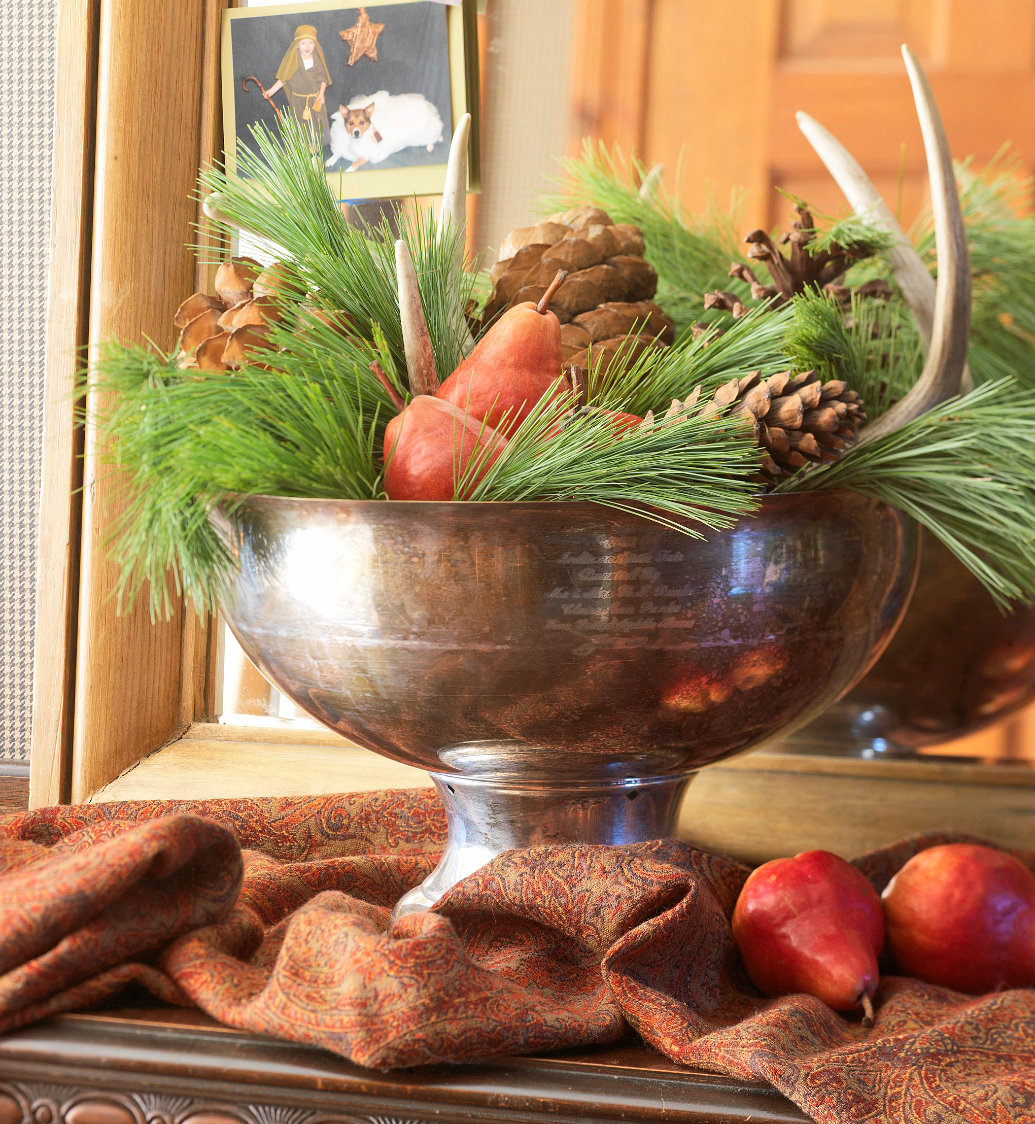 Christmas centerpiece ideas: greens and pinecones