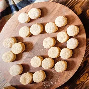 Toasted Corn Grit Sandies with Maple Cream