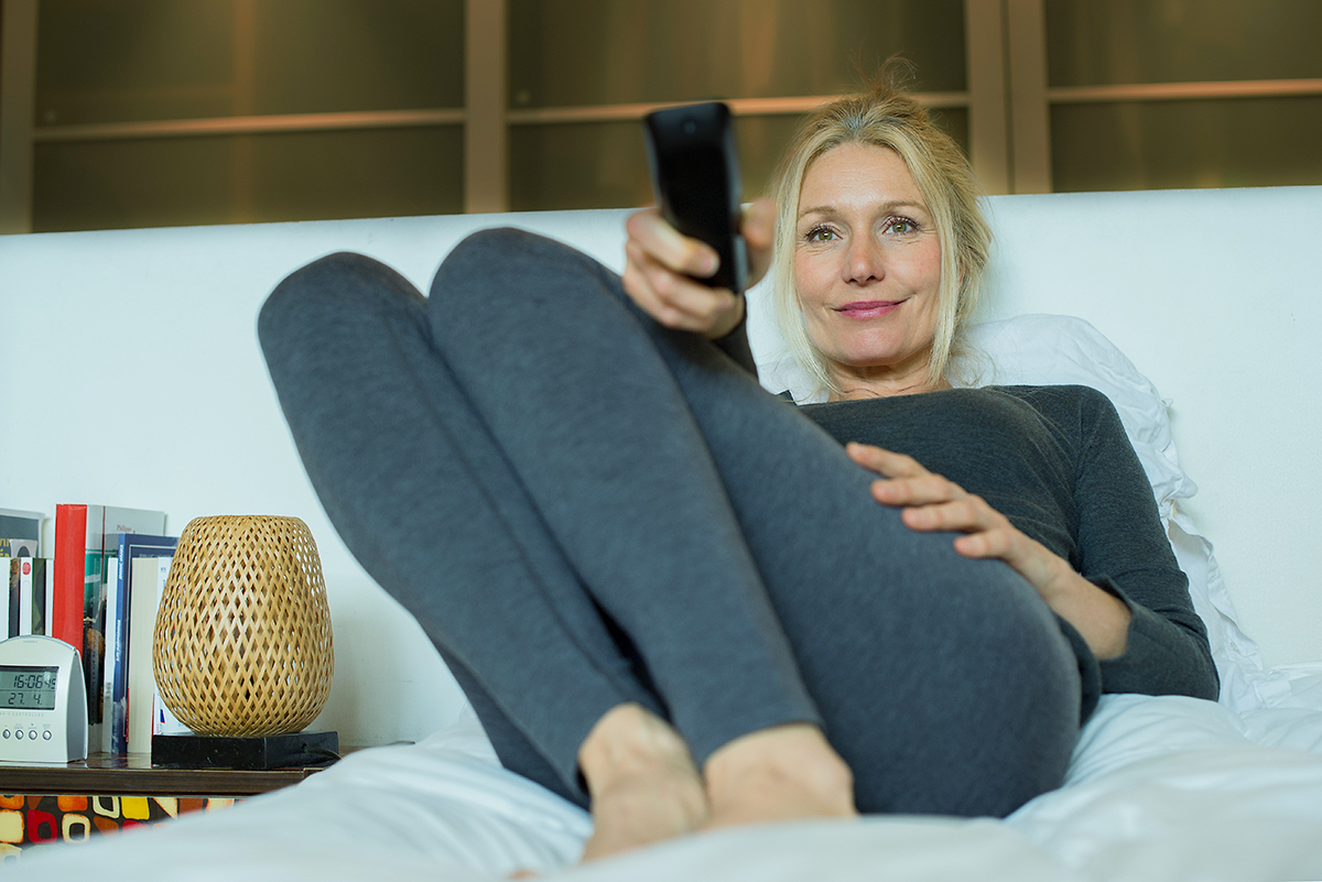 woman watching tv solo
