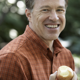 MCL_man_eating_apple_101409503_RJT_LLC.jpg