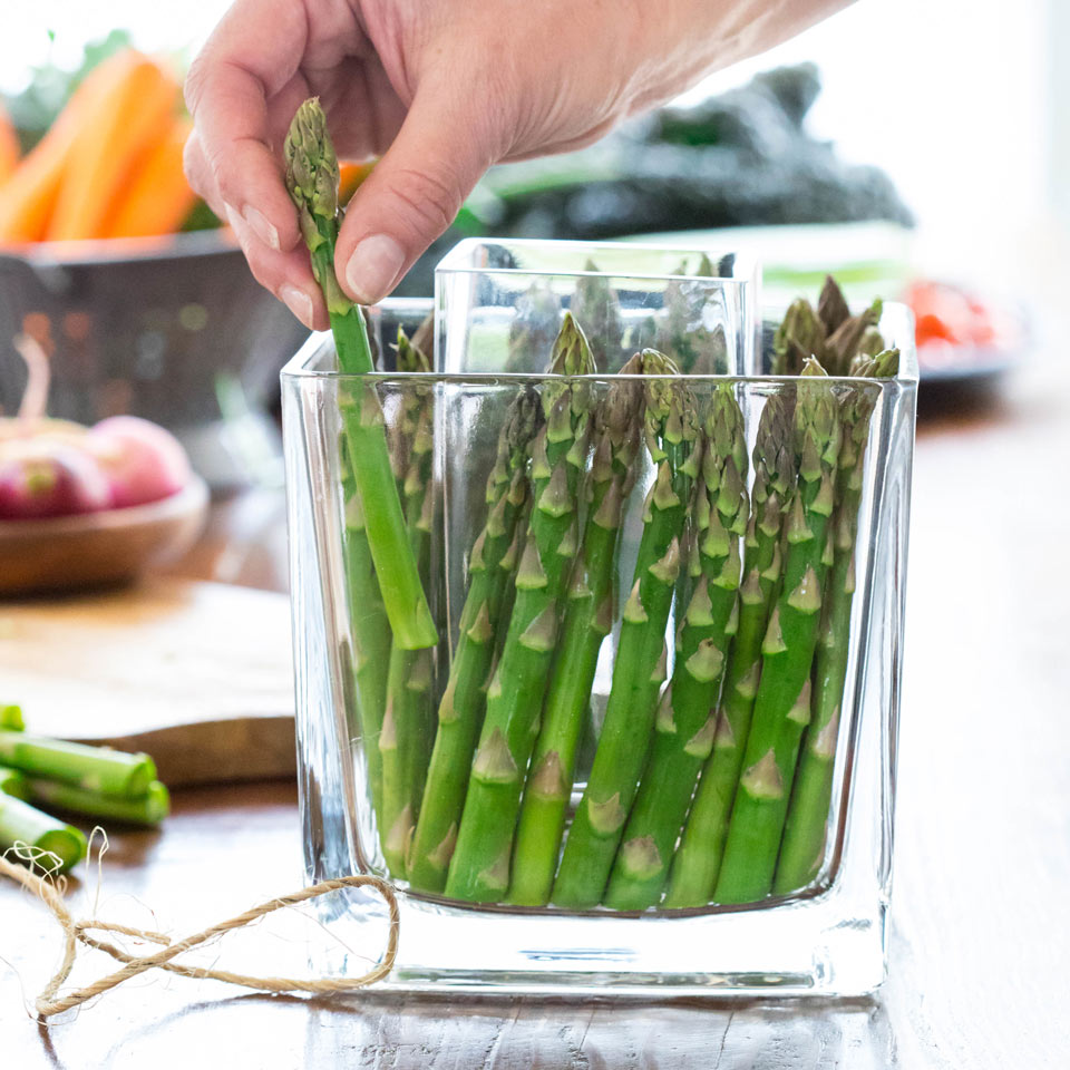 Decorate the vase with asparagus