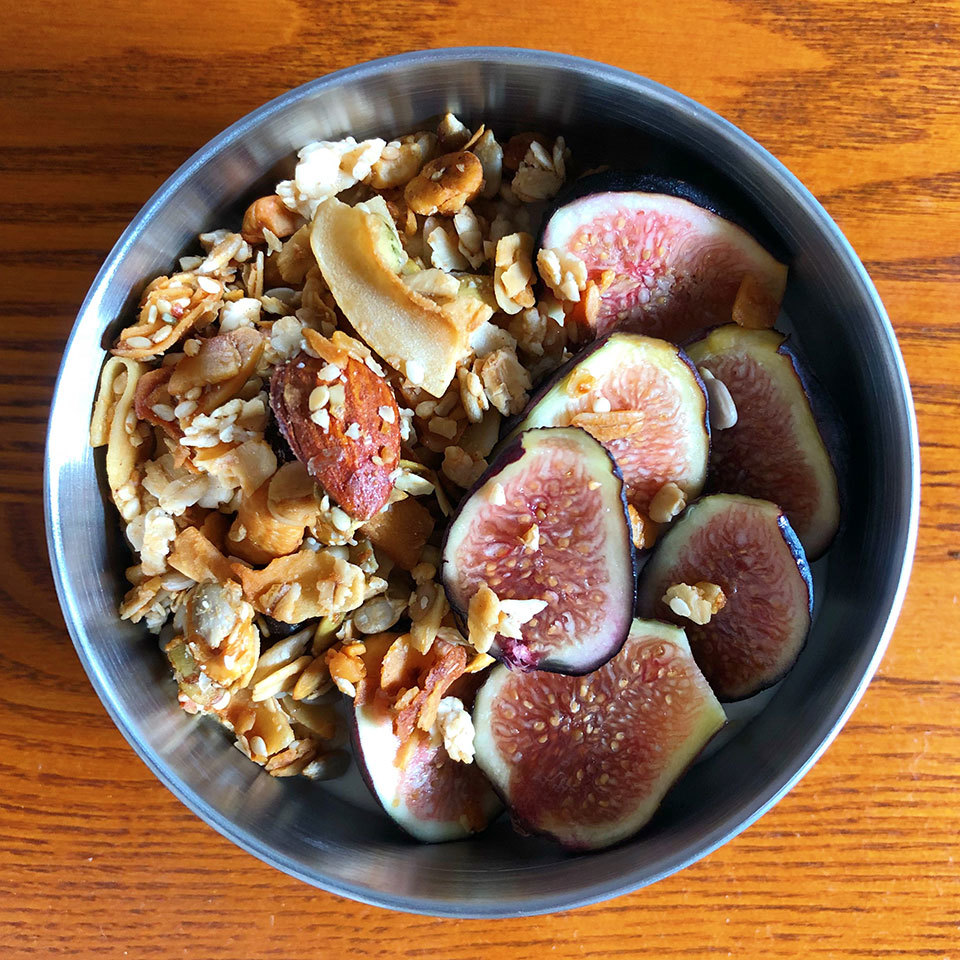 bowl of yogurt with figs and oats