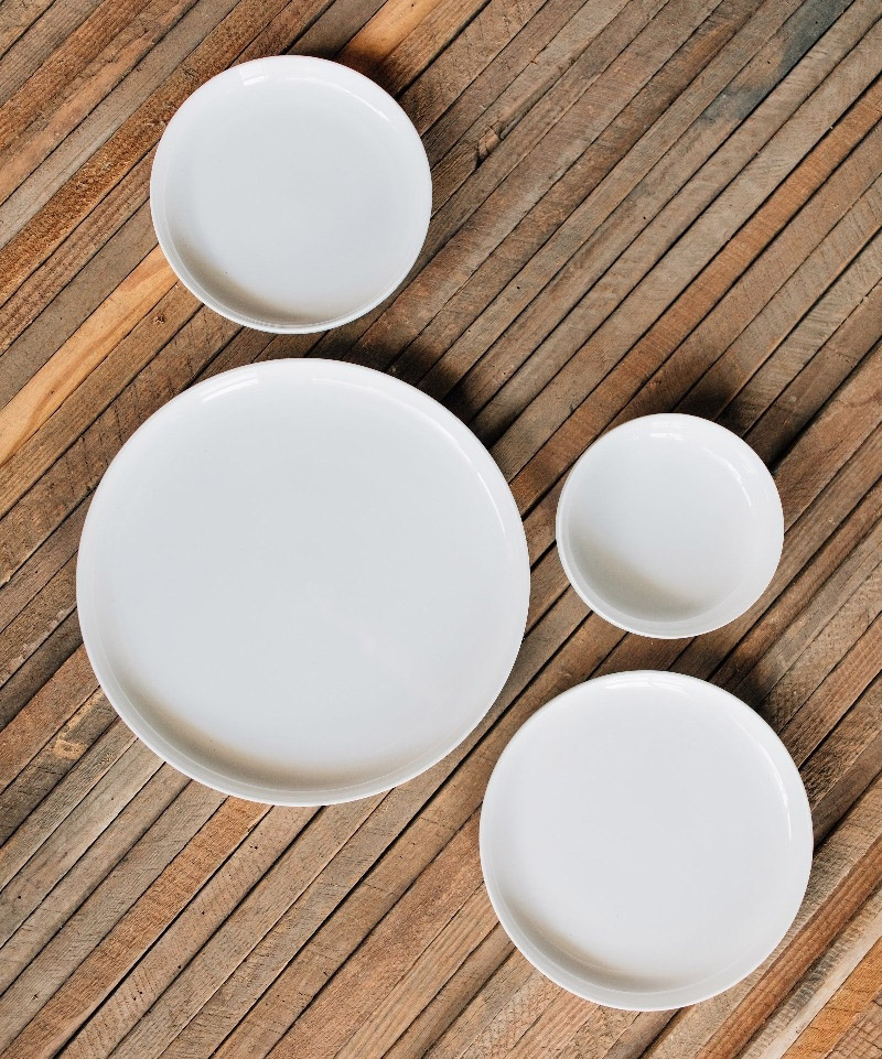 4 sizes of white plates