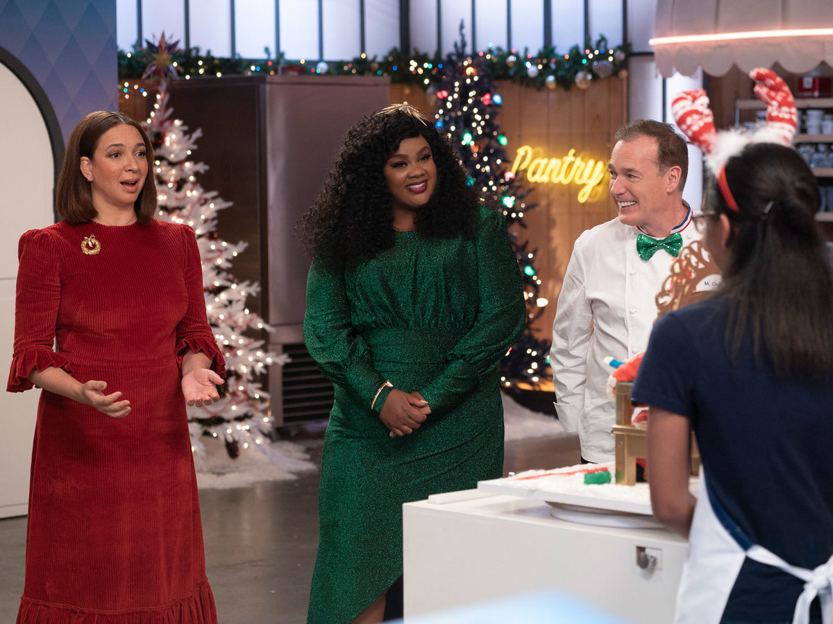 Judgest dressed in holiday colors on 'Nailed it!'
