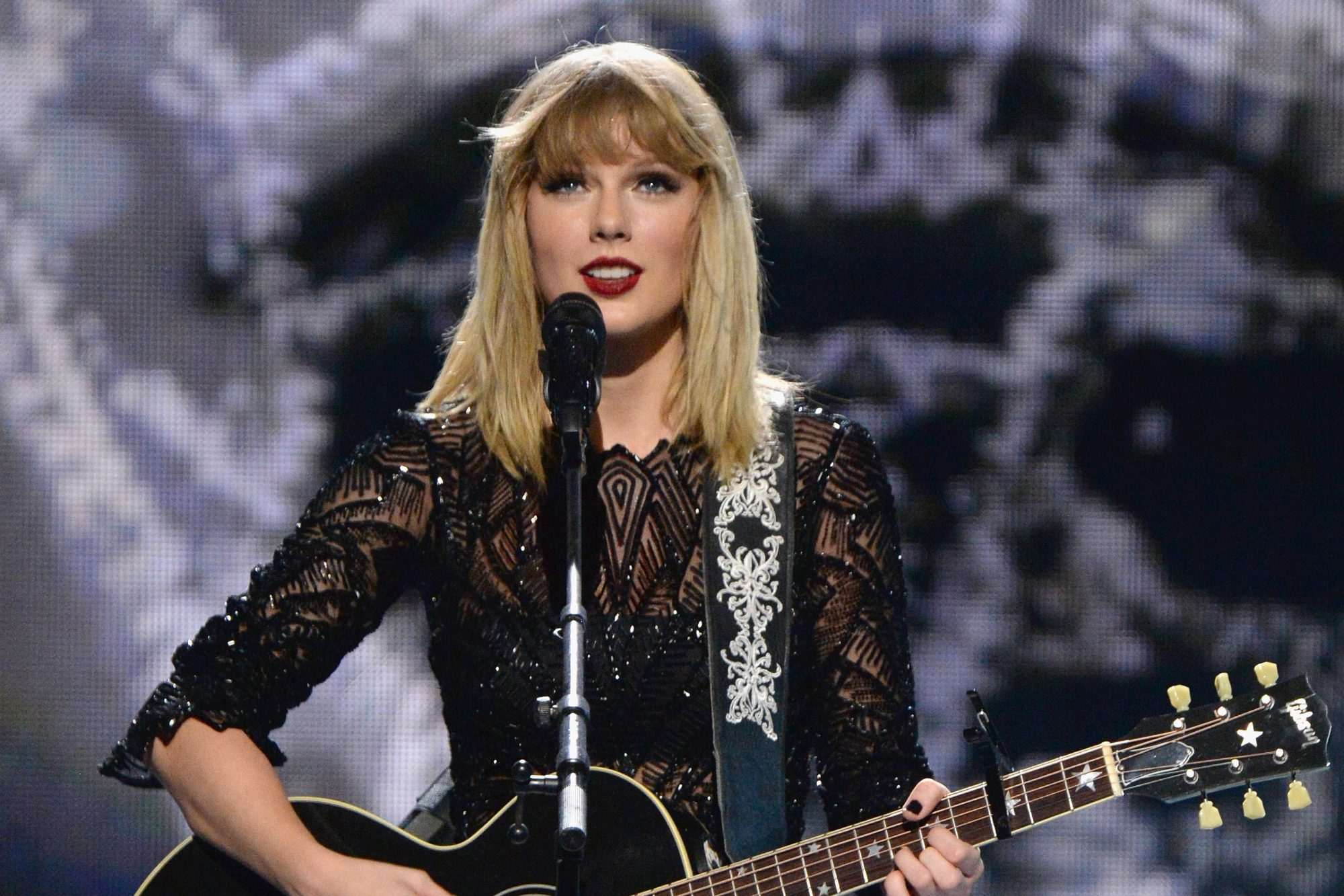 Taylor Swift Performs Acoustic I Don T Wanna Live Forever Ew Com