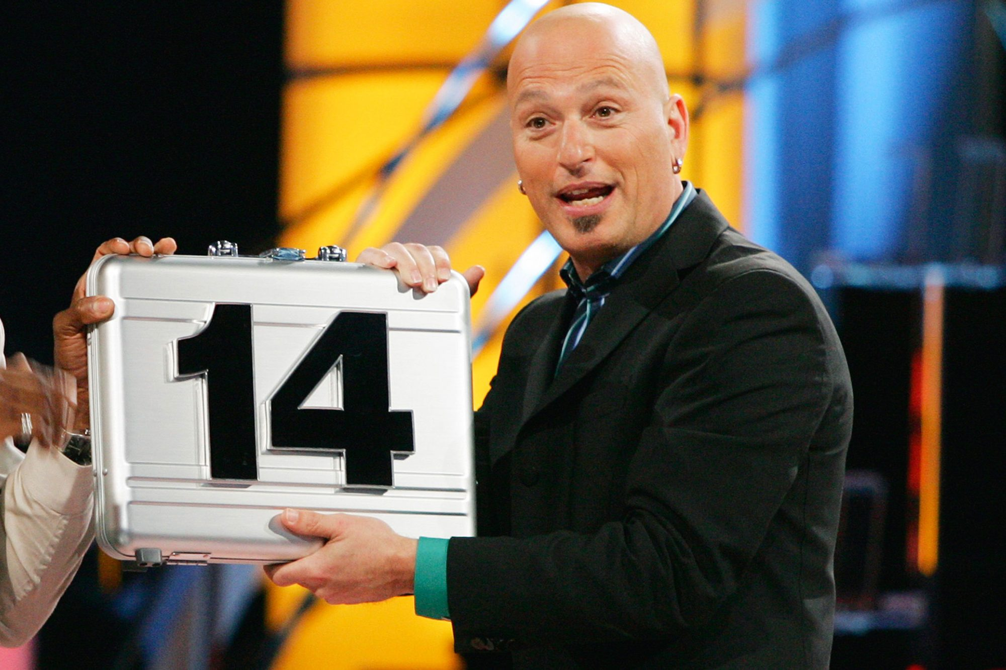 Deal Or No Deal Christmas 2020 Nbc Deal or No Deal returning with Howie Mandel on CNBC | EW.com