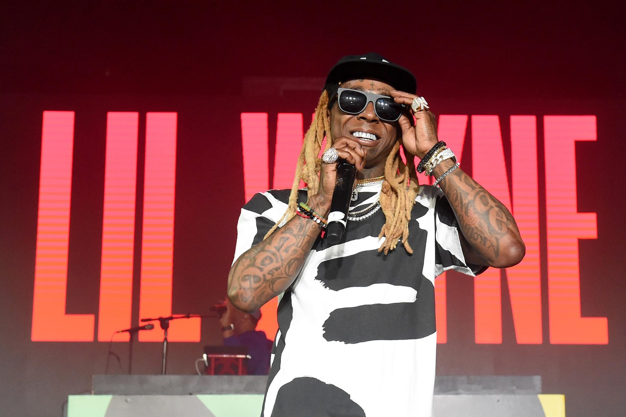 Tha Carter V Review Lil Wayne Chases His Own Glory Ew Com