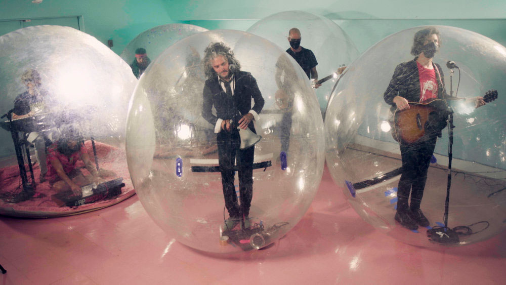 The Flaming Lips rock out in 'space bubbles' in explosive hometown show |  EW.com